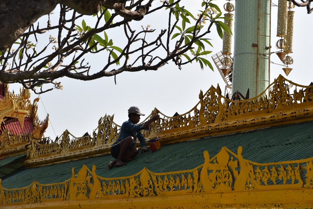 burmese roof worker